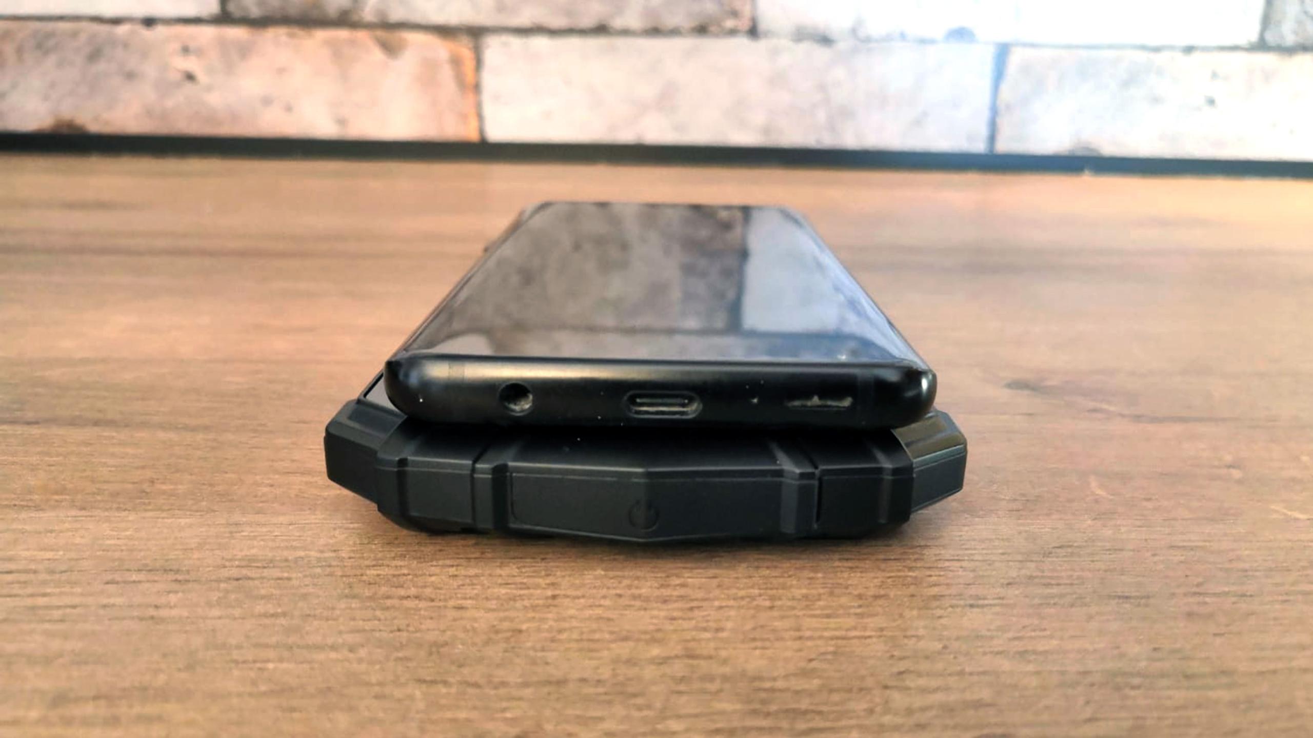 Vergleich Baustellen-Smartphone und klassisches Handy